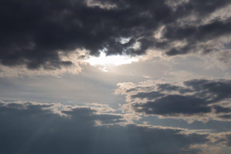 Sun-Lichter, die durch Wolken kommen skyscape bei Sonnenuntergang lizenzfreie stockfotos
