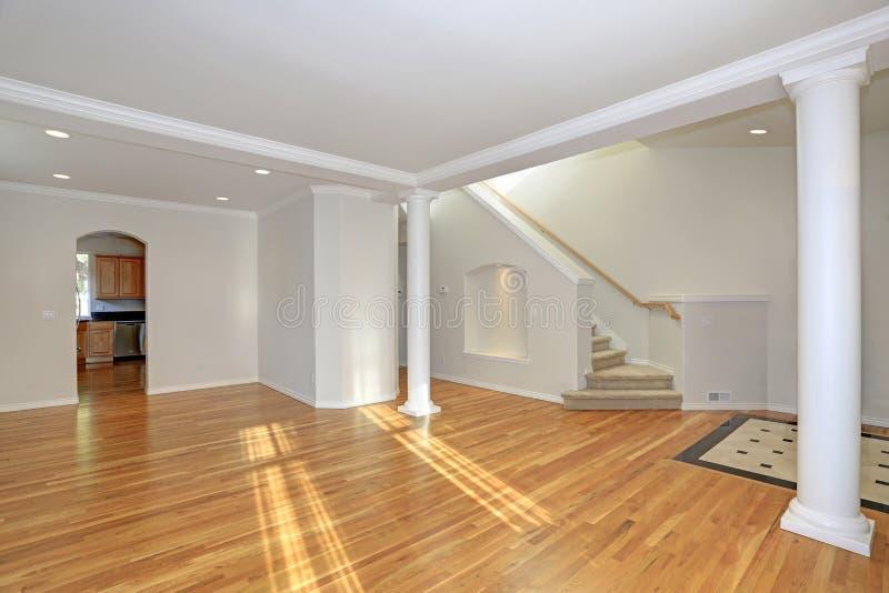 Sun llenó el interior casero floorplan abierto imagenes de archivo