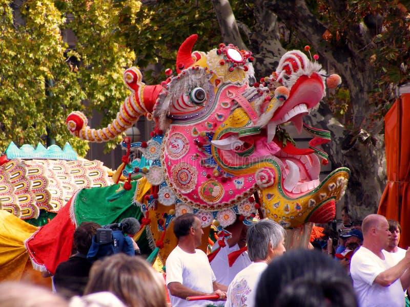 Sun Loong Dragon an der Parade Bendigo Ostern lizenzfreie stockfotos