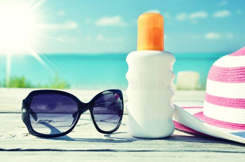 Sun-Lotion und -Sonnenbrille stockfotografie