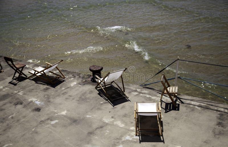 Sun loungers p? strand arkivfoto