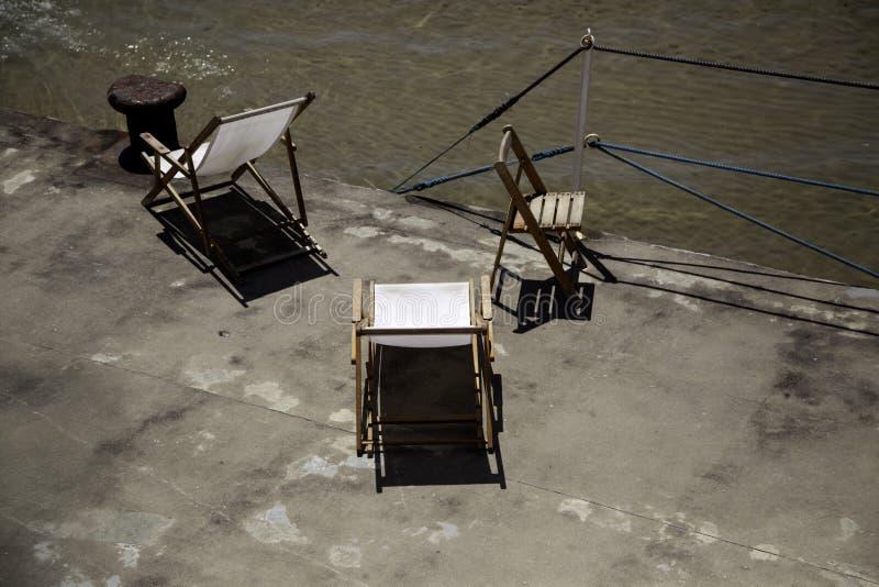 Sun loungers p? strand fotografering för bildbyråer