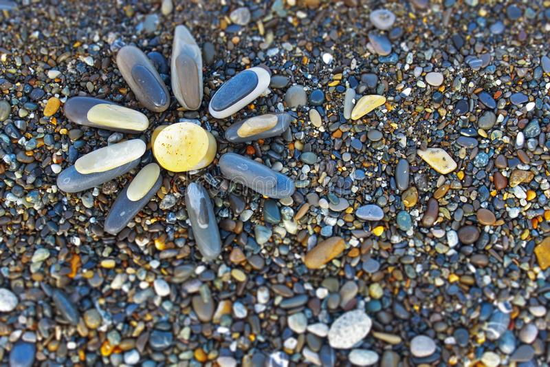 Sun machte von den Steinen auf dem Strand Beschneidungspfad eingeschlossen lizenzfreie stockfotos