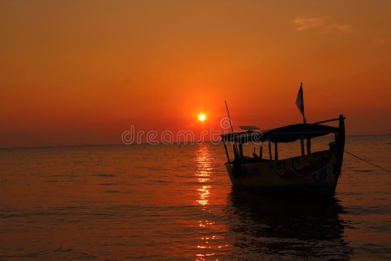 Sun, mar, y barco fotografía de archivo libre de regalías