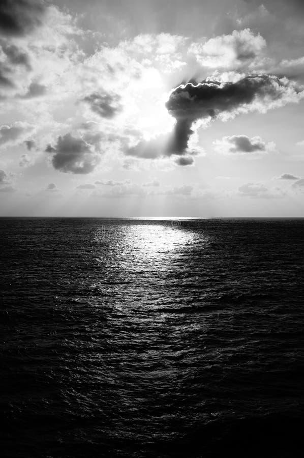 Sun, mer, opacifie le milieu de nulle part image libre de droits