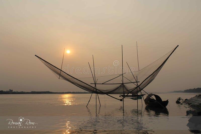 Sun messo al fiume di Padma fotografie stock
