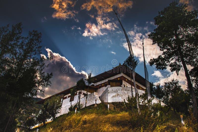 Sun messo dietro il lhakhang di changangkha, Thimphu, Bhutan immagini stock