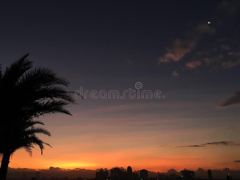 Sun, Mond und Himmel lizenzfreies stockbild