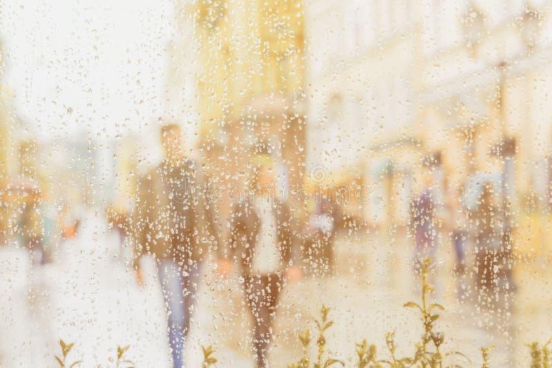 Sun nach Regen Junge Paare, die Hand in Hand gehen Sie glücklich zusammen Konzept der modernen Stadt, Liebe, Lebensstil lizenzfreies stockbild