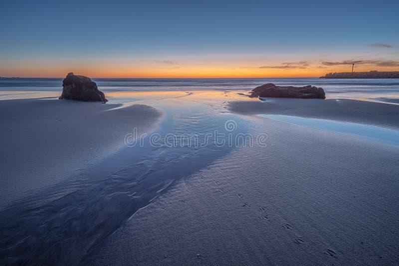 Sun nell'ambito dell'orizzonte sulla spiaggia fotografie stock libere da diritti