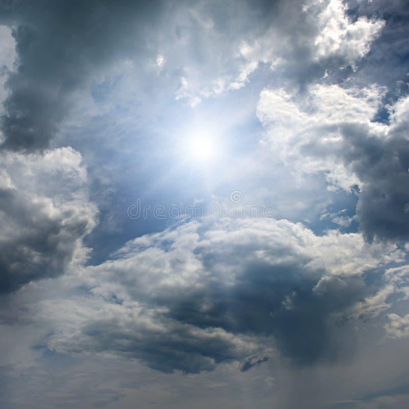 Sun no céu azul fotografia de stock