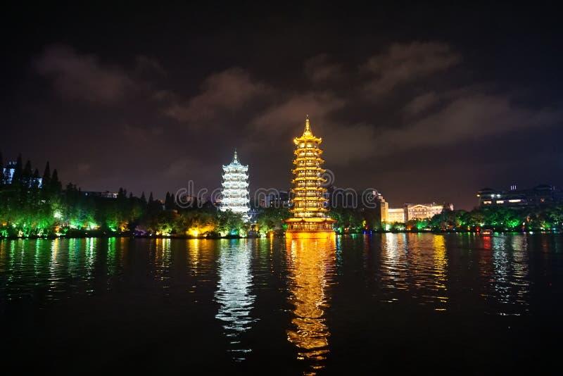 The Sun och för måne tvilling- pagoder, Guilin, Kina royaltyfri fotografi