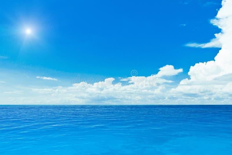 Sun och hav arkivbild