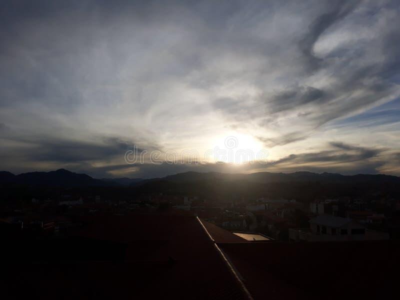 Sun opacifie le coucher du soleil photo stock