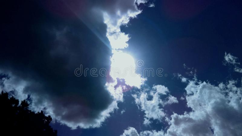The Sun på en molnig dag royaltyfria foton