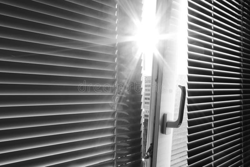 Sun par l'hublot images libres de droits