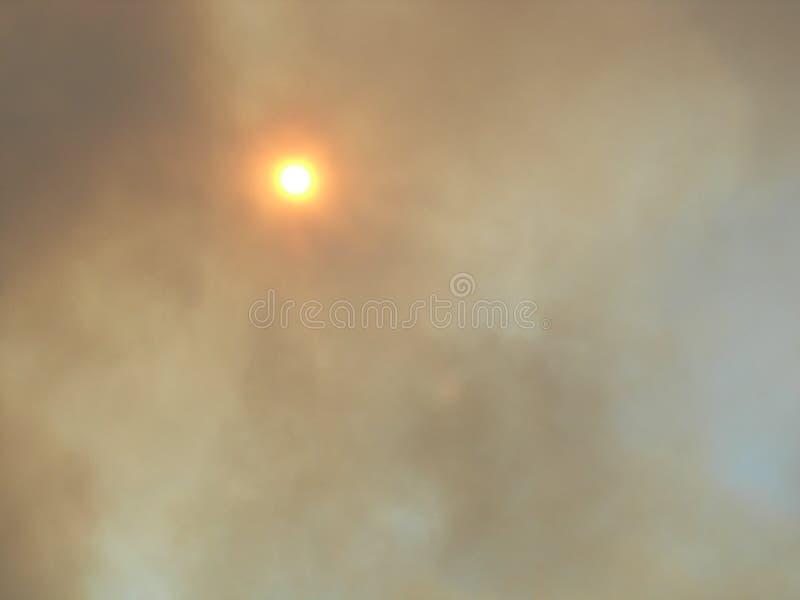 Sun par la fumée photo stock