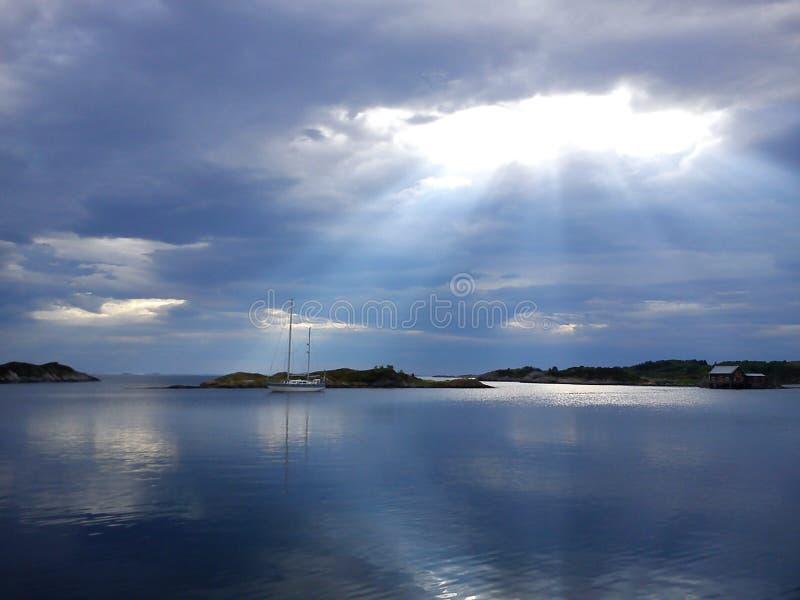 Sun par le ciel photographie stock libre de droits