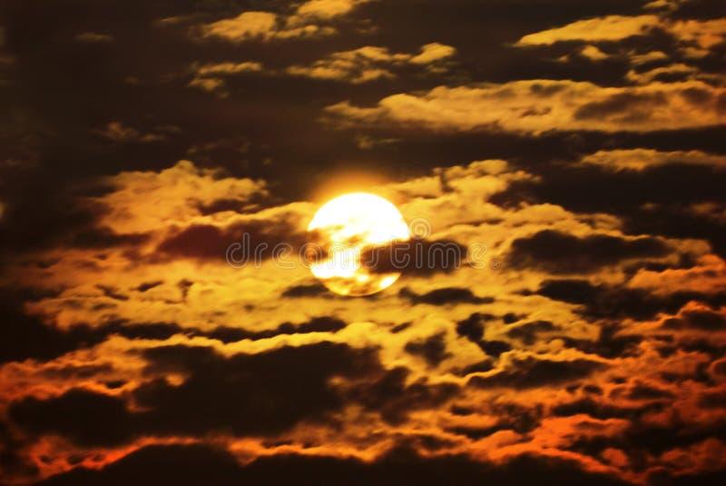 Sun par les nuages photographie stock libre de droits