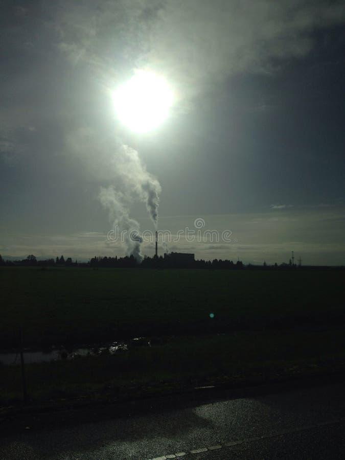Sun par les nuages image stock