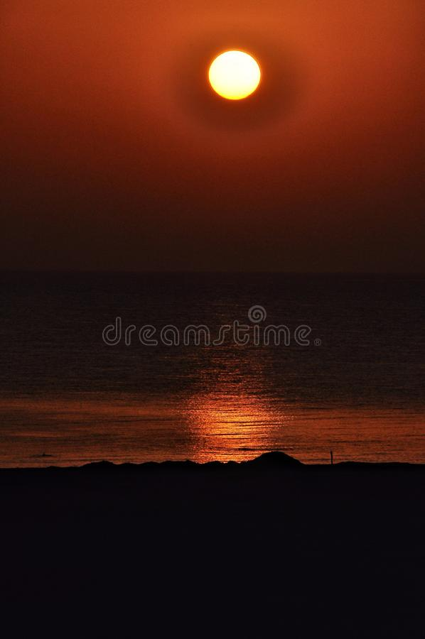 Sun plaçant au-dessus de l'horizon de la mer image stock