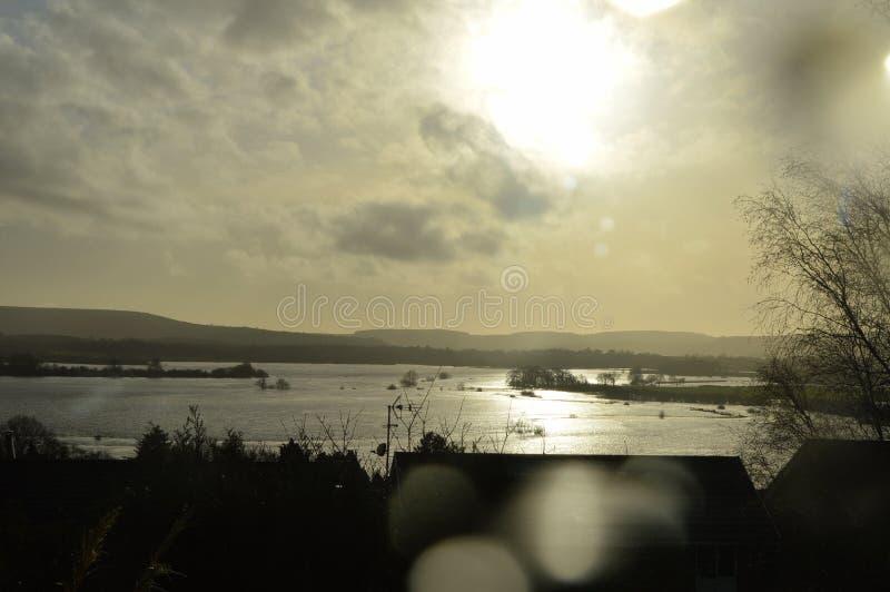 Sun plaçant au-dessus des marécages inondés photographie stock libre de droits