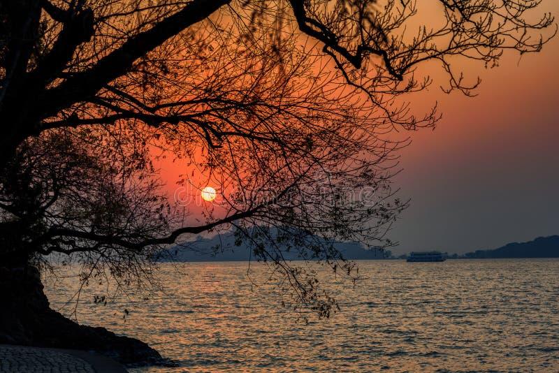 Sun plaçant au-dessus du lac Tai photos libres de droits