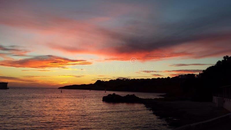 Sun plaçant au-dessus du port Adriano en Majorque photo stock