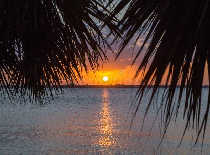 Sun plaçant plage au-dessus de rivière indienne, Melbourne, la Floride photographie stock libre de droits