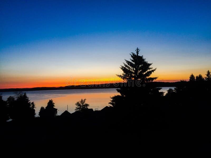 Sun a placé au lac de fin de nuit photographie stock libre de droits