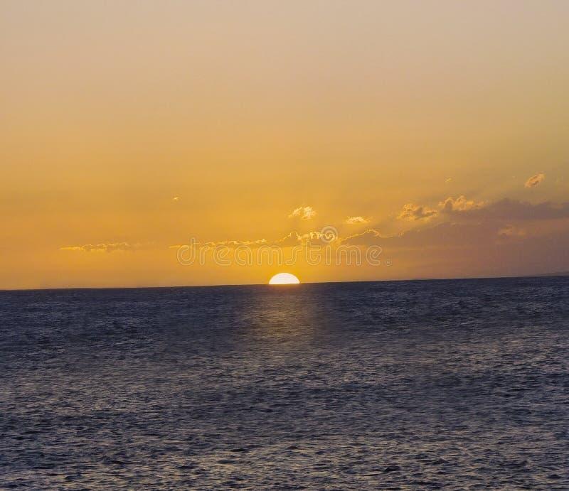 Sun a placé en mer images stock
