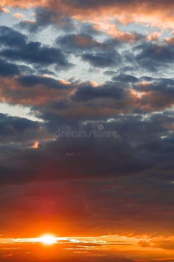 Sun promienie przy zmierzchem zdjęcie royalty free