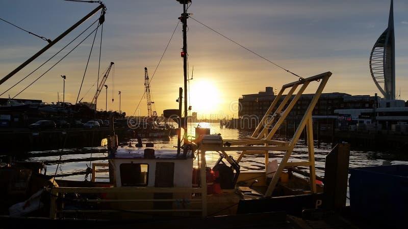 Sun que ajusta-se sobre o barco fotografia de stock royalty free