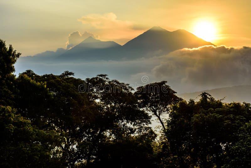 Sun que ajusta-se sobre o vulcão de Fuego & o vulcão de Acatenango imagens de stock