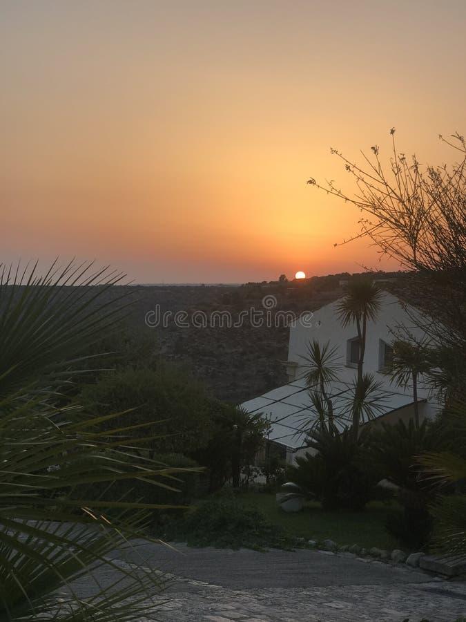 The Sun que ajusta-se sobre uma casa de campo siciliano foto de stock royalty free