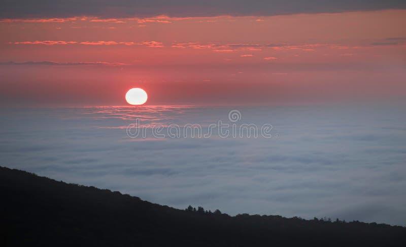 Sun que aumenta sobre a névoa North Carolina imagens de stock royalty free