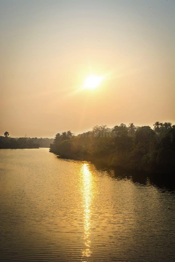 Sun que aumenta sobre um rio calmo foto de stock royalty free
