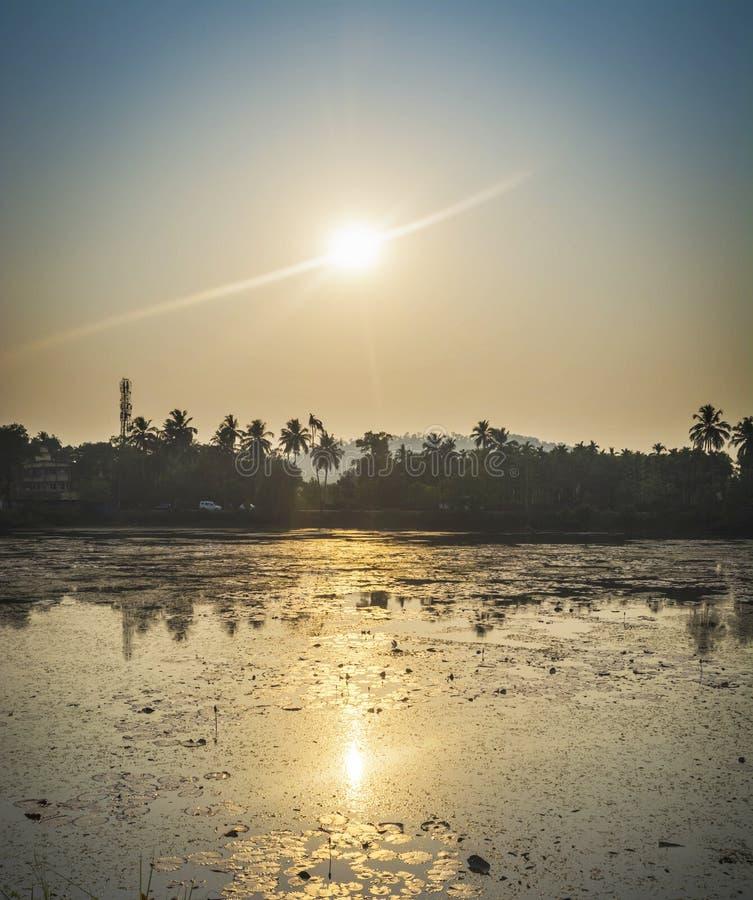 Sun que aumenta sobre um rio calmo fotos de stock royalty free
