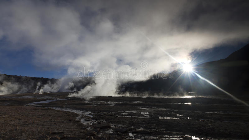 Sun que brilha ao vapor no geyser o Chile do EL Tatio fotografia de stock