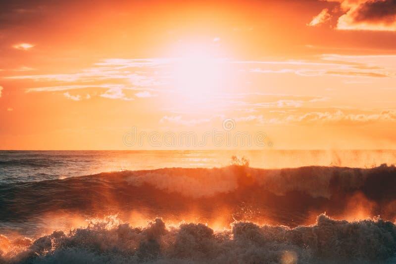 Sun que brilha sobre o horizonte no por do sol ou no nascer do sol Mar da noite Ondas de oceano em luzes de céu mornas do nascer  foto de stock royalty free
