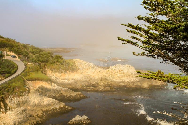Sun que brilla en el camino rocoso de la costa y de la playa foto de archivo