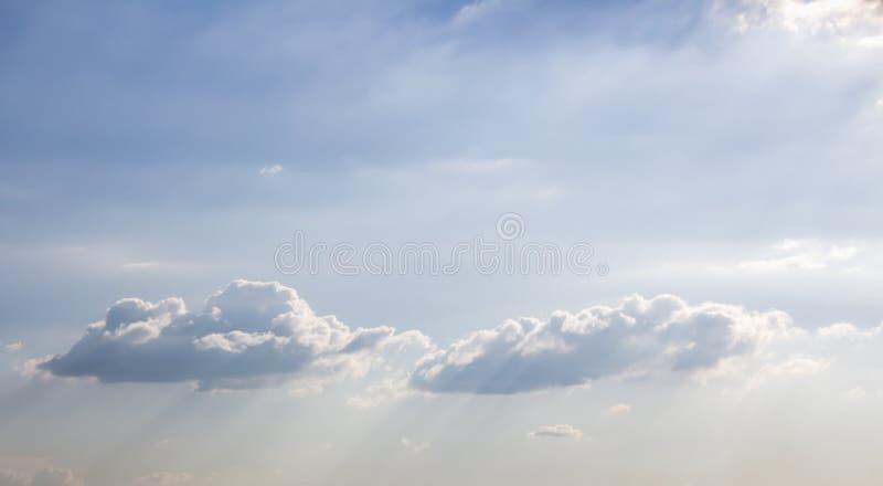 Sun que brilla en las nubes mullidas hermosas en cielo azul brillante Fondo inspirado y pacífico con el espacio de la copia fotografía de archivo