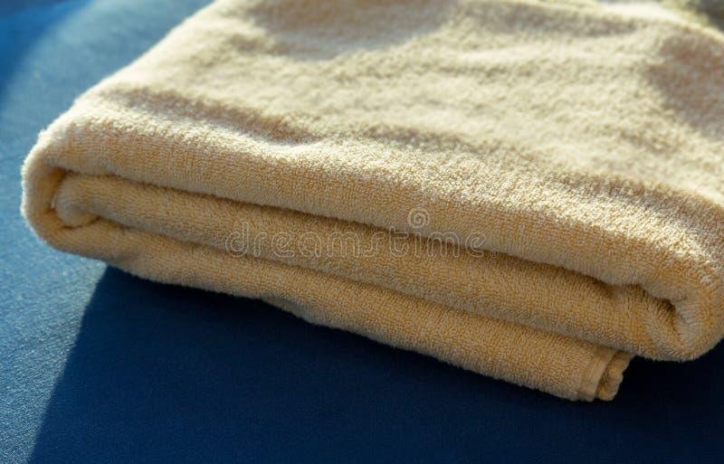 Sun que brilla en las toallas de baño amarillas fotos de archivo
