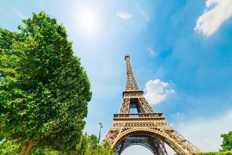 Sun que brilla sobre la torre de Effel en París fotografía de archivo