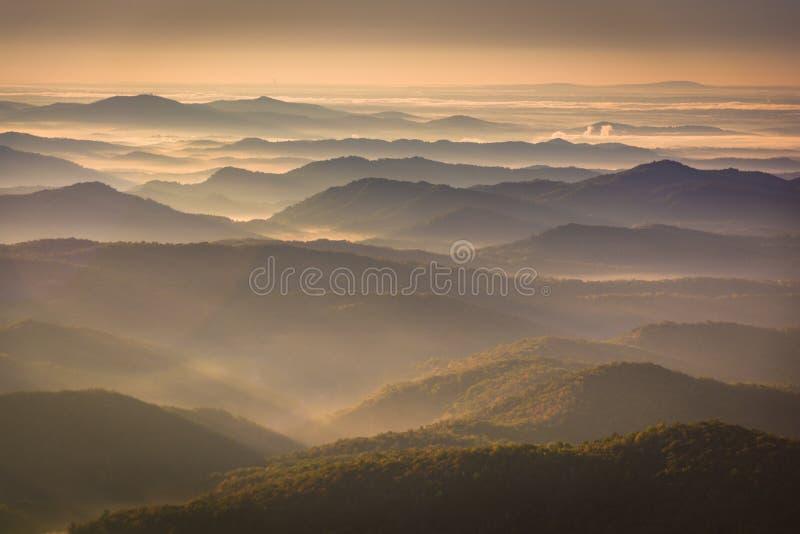 Sun que brilla a través de la niebla en el valle, considerado de alturas del faro, imagen de archivo libre de regalías