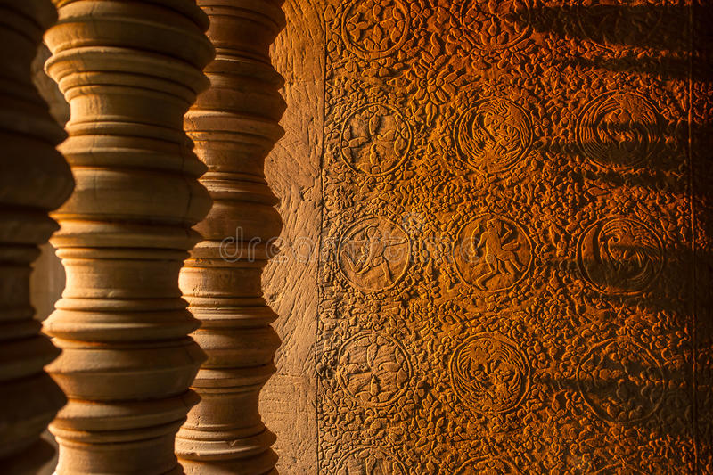 Sun que brilla a través de las barras de piedra talladas de una ventana foto de archivo libre de regalías