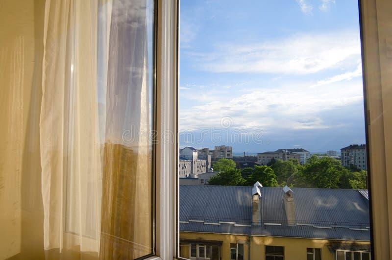 Sun que brilla a través de las cortinas y de la ventana interiores en el apartamento fotografía de archivo libre de regalías