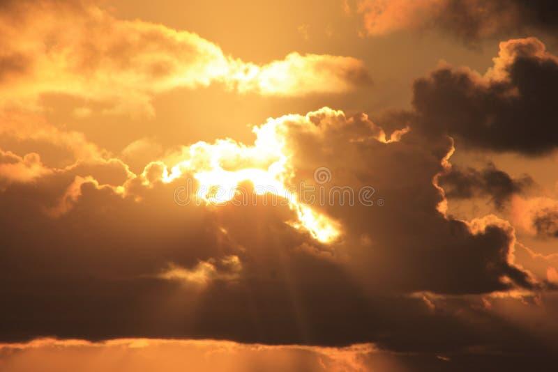 Sun que brilla a través de las nubes foto de archivo