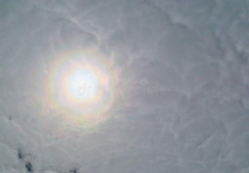 Sun que brilla a través de un cielo nublado en colores brillantes del arco iris, fenómeno del tiempo en el fondo del cielo, esper imágenes de archivo libres de regalías