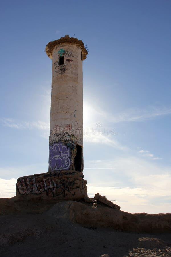Sun que esboça o farol de desintegração, mar de Cortez, México foto de stock
